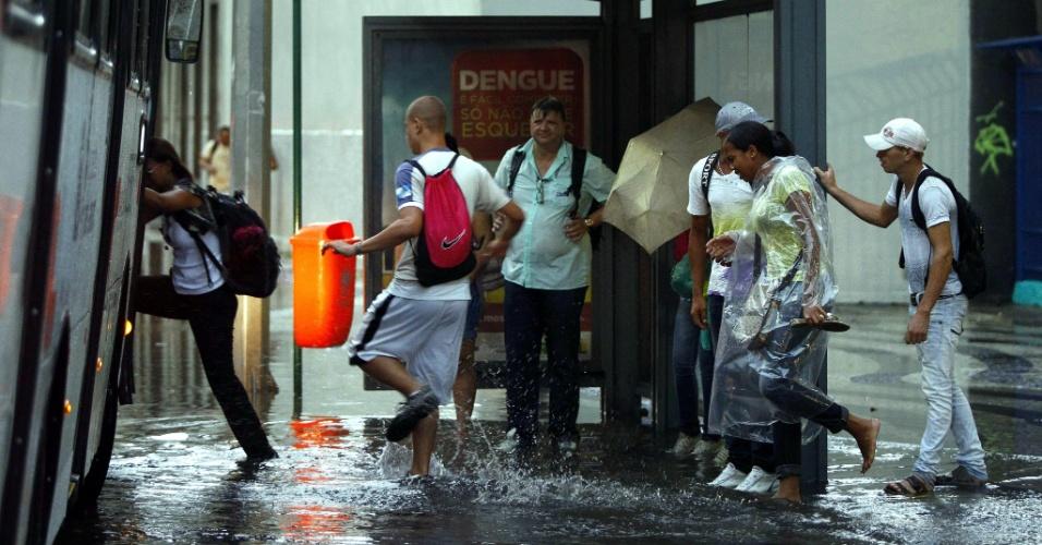 26.fev.2013 - A chuva alagou um trecho da avenida Presidente Vargas, no centro do Rio de Janeiro. Diversos pontos de alagamento foram registrados na cidade por causa da forte chuva desta terça-feira (26)