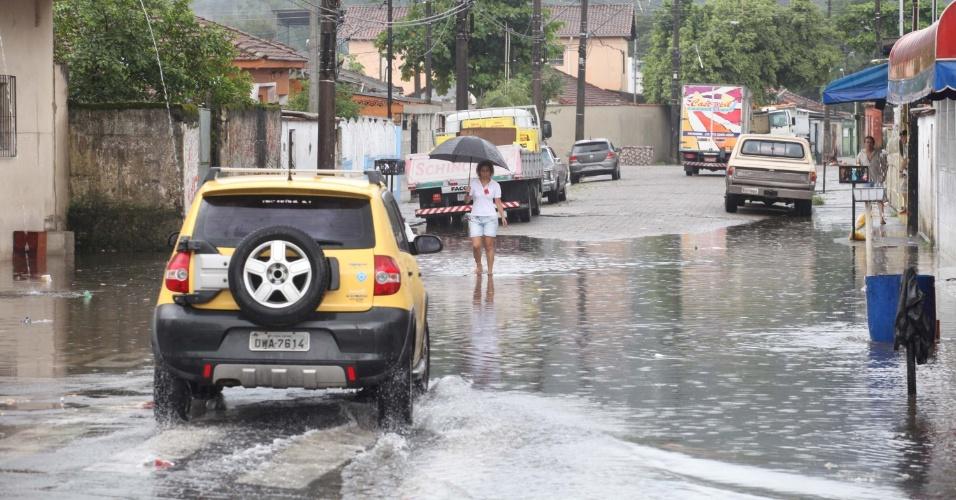 26.fev.2013 - A chuva que atingiu Cubatão (SP) na tarde desta terça-feira provocou alagamentos em ruas da cidade, uma das mais prejudicadas pelo forte temporal da noite da última sexta-feira (22)