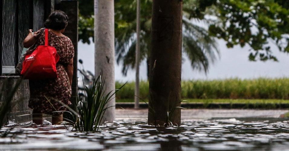 26.fev.2013 - A forte chuva desta terça-feira (26) alagou ruas em Santos (SP). Na Baixada Santista, diversos municípios também sofreram com alagamentos por causa da chuva