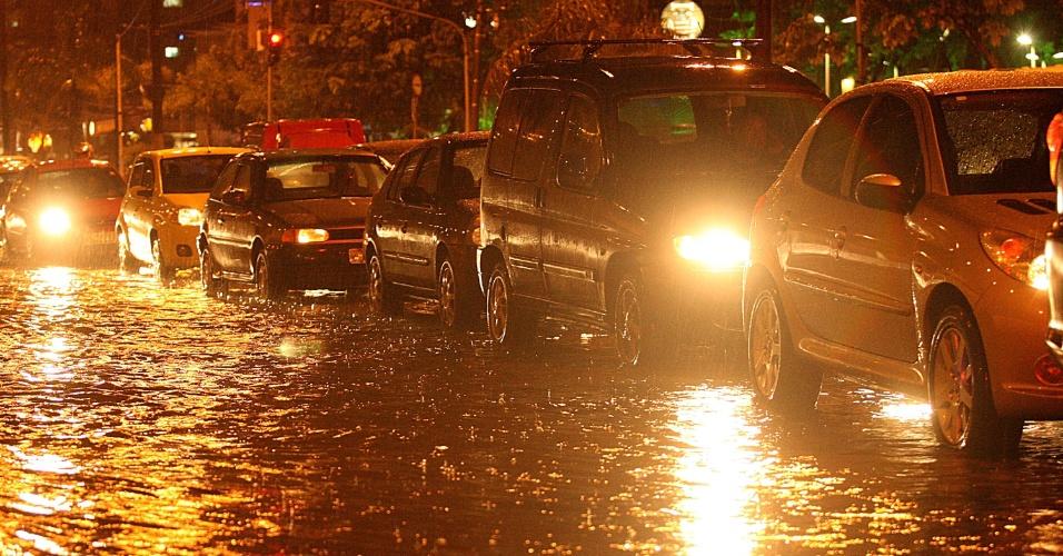 26.fev.2013 - A forte chuva que atinge Santos (SP) na noite desta terça-feira (26) deixa diversas ruas alagadas e provoca congestionamentos no trânsito
