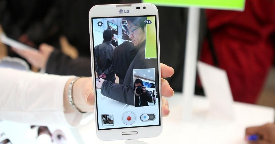26.fev.2013 - A LG apresentou o smartphone Optimus G Pro no Mobile World Congress. O aparelho tem processador quad-core, tela de alta resolução (400 pixels por polegada, contra cerca de 330 pixels por polegada da tela Retina do iPhone 5) e 5,5 polegadas. O dispositivo conta com uma câmera traseira de 13 megapixels. Na imagem, é demonstrada a função Dual Recording, que permite gravar com a câmera frontal e traseira ao mesmo tempo