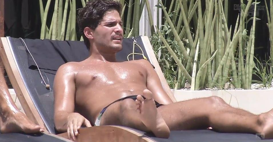 26.fev.2013 - André também aproveita para tomar banho de sol em dia quente no Rio de Janeiro