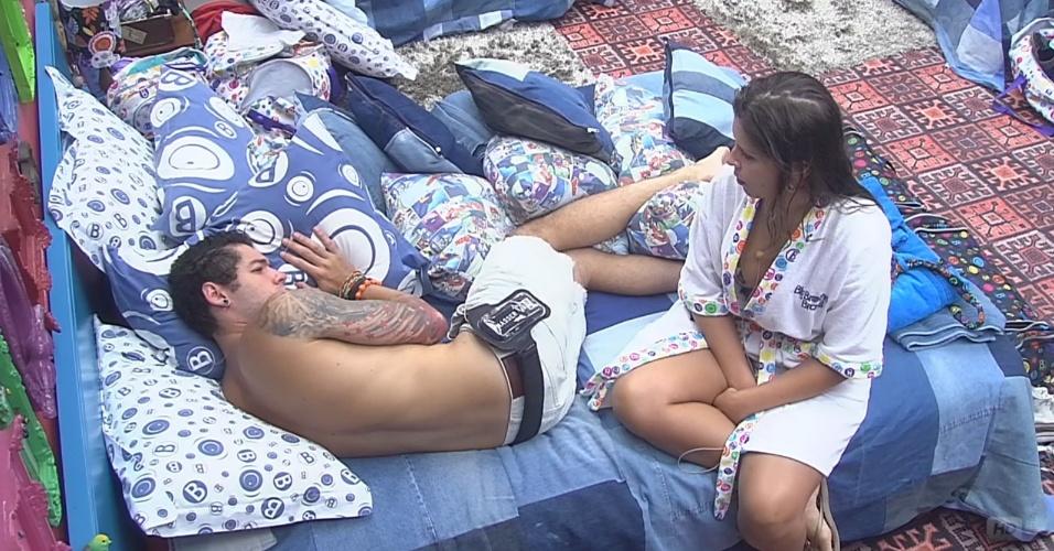 26.fev.2013 - Andressa e Nasser conversam sobre o relacionamento dos dois