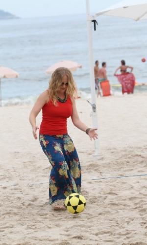 """26.fev.2013 - Angélica gravou o programa """"Estrelas"""" na praia do Leblon, zona sul do Rio. O ator Marcelo Serrado foi o convidado da atração que contou com uma partida de futevôlei"""