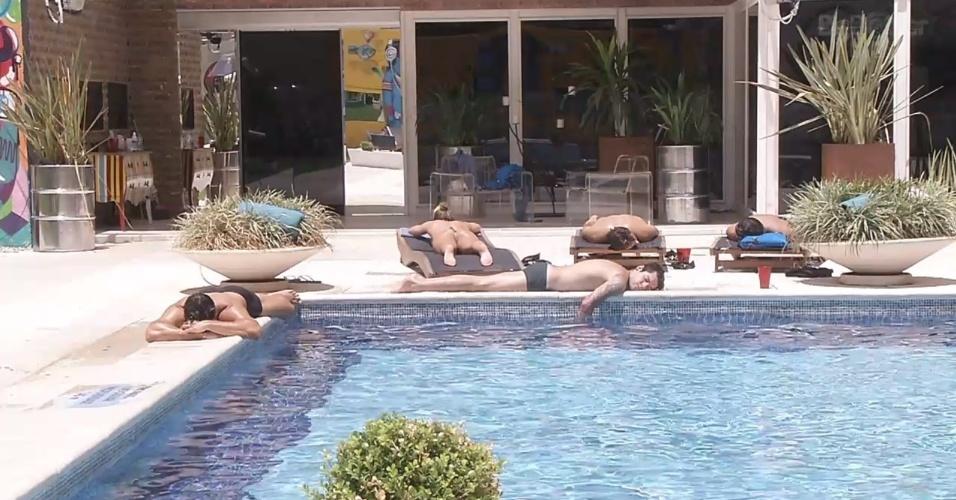 26.fev.2013 - Brothers aproveitam dia ensolarado à beira da piscina
