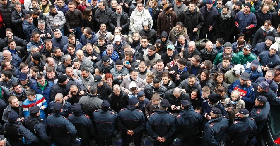 26.fev.2013 - Cerca de 300 torcedores do Napoli foram ao hotel no qual Maradona concedeu entrevista coletiva