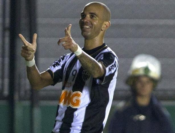 26.fev.2013 - Diego Tardelli comemora gol da virada do Atlético-MG contra o Arsenal Sarandí, em Buenos Aires. A partida é válida pelo grupo 3 da Libertadores