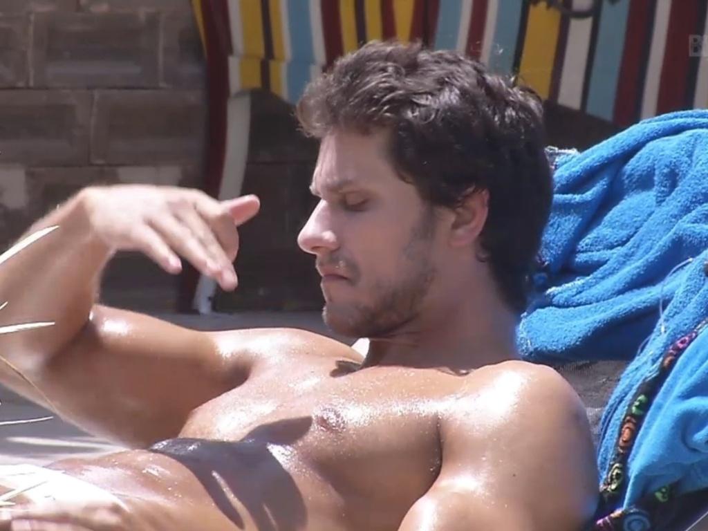 26.fev.2013 - Eliéser exibe seus músculos durante banho de sol