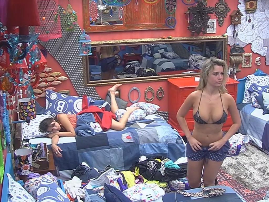 26.fev.2013 - Fernanda se troca no quarto e coloca um biquíni