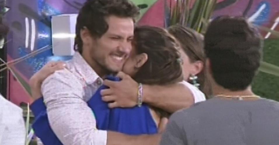 26.fev.2013 - Kamilla dá um abraço em Eliéser. Com 46% dos votos, brother foi o sexto eliminado do