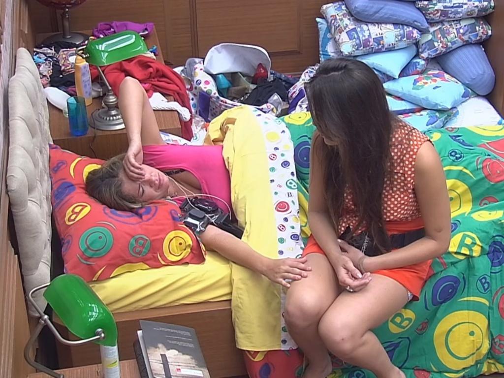 26.fev.2013 - Kamilla fica chateada com Eliéser após cantoria
