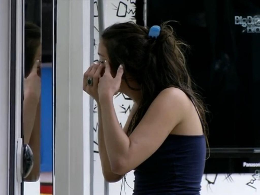 26.fev.2013 - Kamilla se maquia antes de eliminação