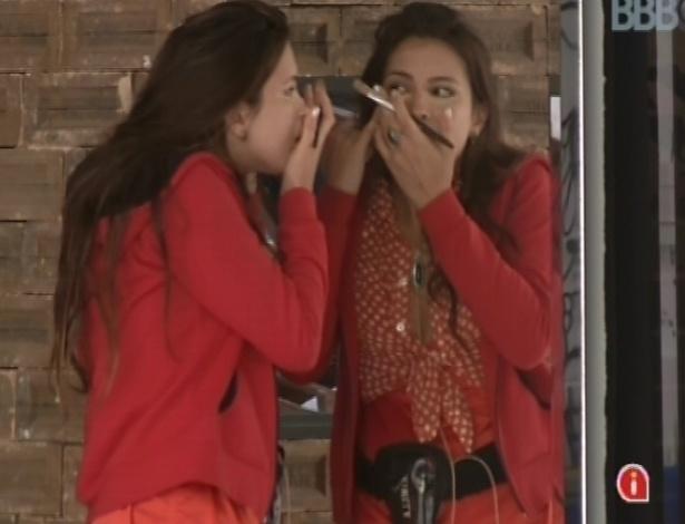 26.fev.2013 - Kamilla se maquia em frente ao espelho na manhã desta terça-feira