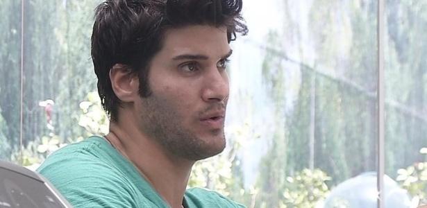 26.fev.2013 - Marcello diz para Fernanda que foi traído por André