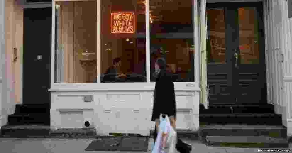 """26.fev.2013 - O artista americano Rutherford Chang criou uma loja de discos que tem apenas um tipo de vinil - o """"Álbum Branco"""" dos Beatles - Rutherford Chang, cortesia de www.recessart.org"""