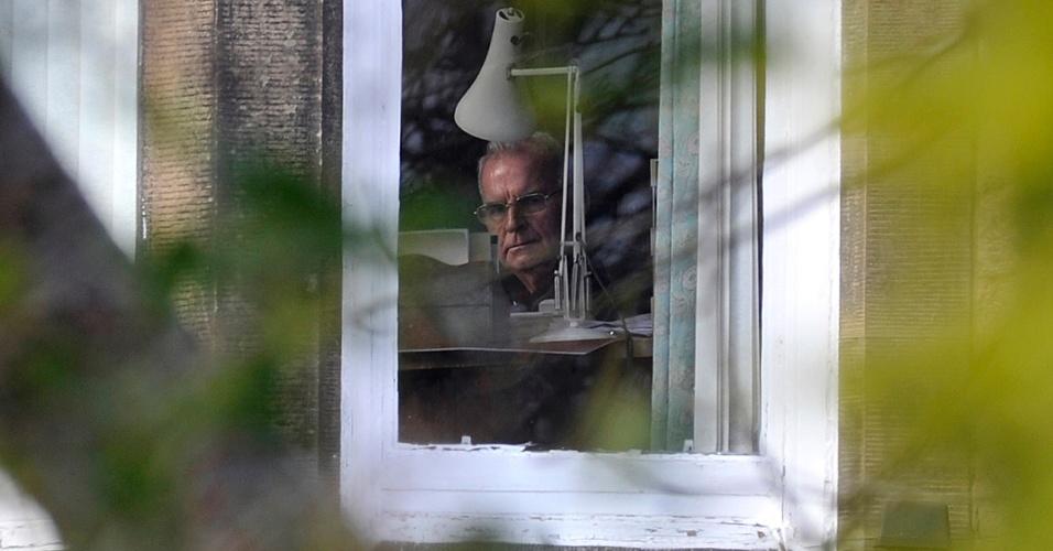 26.fev.2013 - O cardeal britânico Keith O'Brien, arcebispo de Edimburgo (Escócia, Reino Unido), olha pela janela de sua casa na cidade escocesa na manhã desta terça-feira. O'Brien, que teve seu nome envolvido em um escândalo sexual, pediu renuncia do cargo na última segunda-feira (25) e não participará do conclave para a escolha do novo papa
