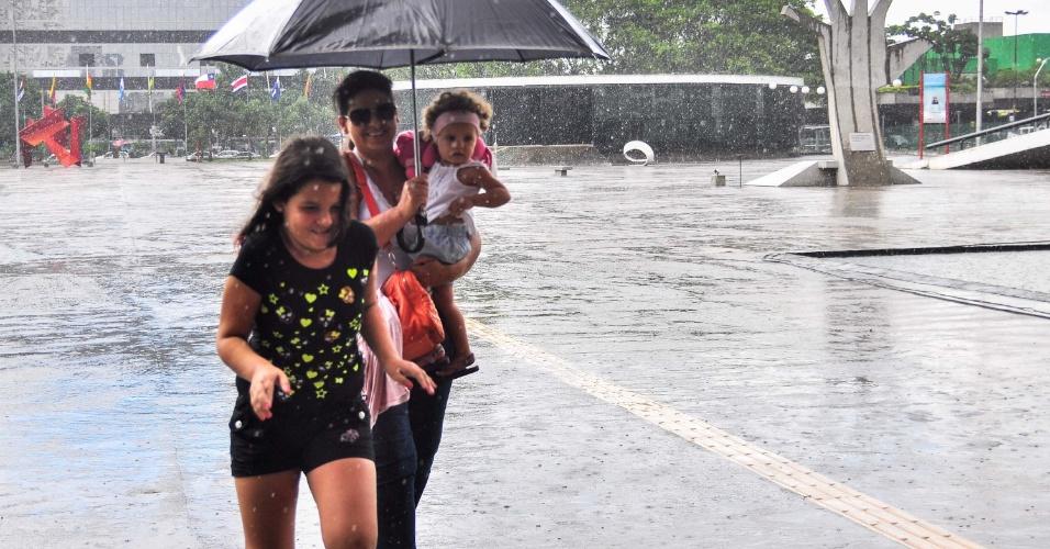 26.fev.2013 - Paulistanos se protegem da chuva no Memorial da América Latina, no bairro da Barra Funda, em São Paulo (SP)
