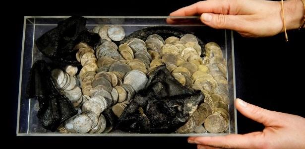 Escavação arqueológica encontrou 477 moedas de prata dentro de um sapato enterrado na Prefeitura de Roterdã, na Holanda - Robin Utrecht/Efe