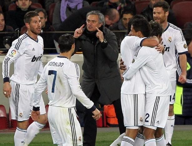 26.fev.2013- Técnico José Mourinho comemora com jogadores do Real Madrid o terceiro gol marcado por Varane no duelo contra o Barcelona pela semifinal da Copa do Rei
