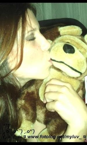 Andressa beija bicho de pelúcia em foto de seu fotolog