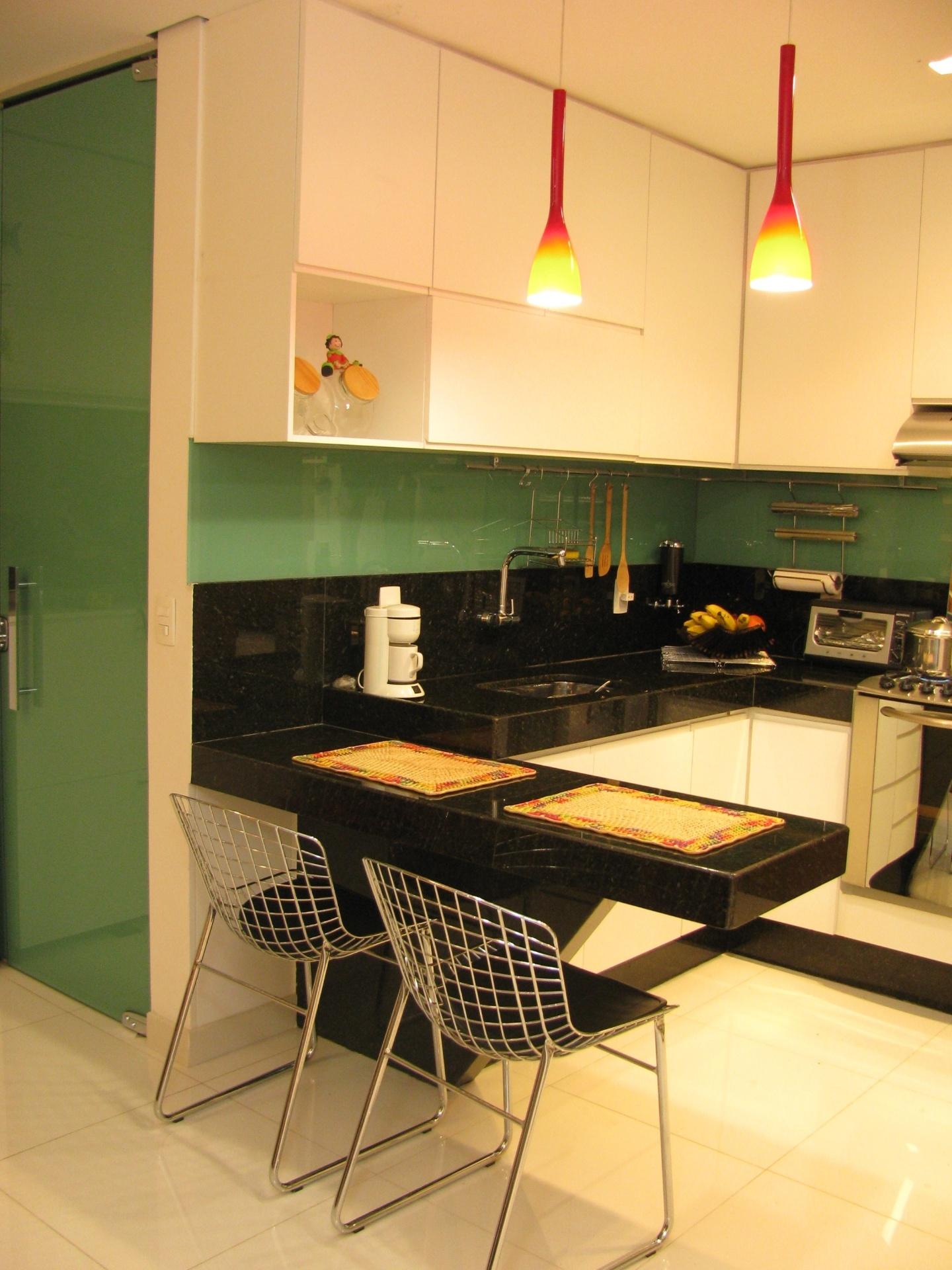 Combinada aos tons neutros, a cor verde escolhida pelas designers de interiores Fabiana Visacro e Laura Santos, da VS Design, para a decoração da cozinha, cria um ambiente acolhedor propício a este tipo de cômodo