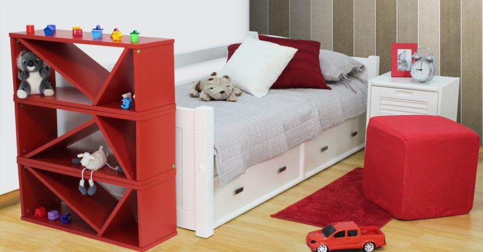 Cores nos móveis: no quarto de criança, a tonalidade vibrante do vermelho ficou por conta da estante em módulos e do pufe, peças com design do Meu Móvel de Madeira