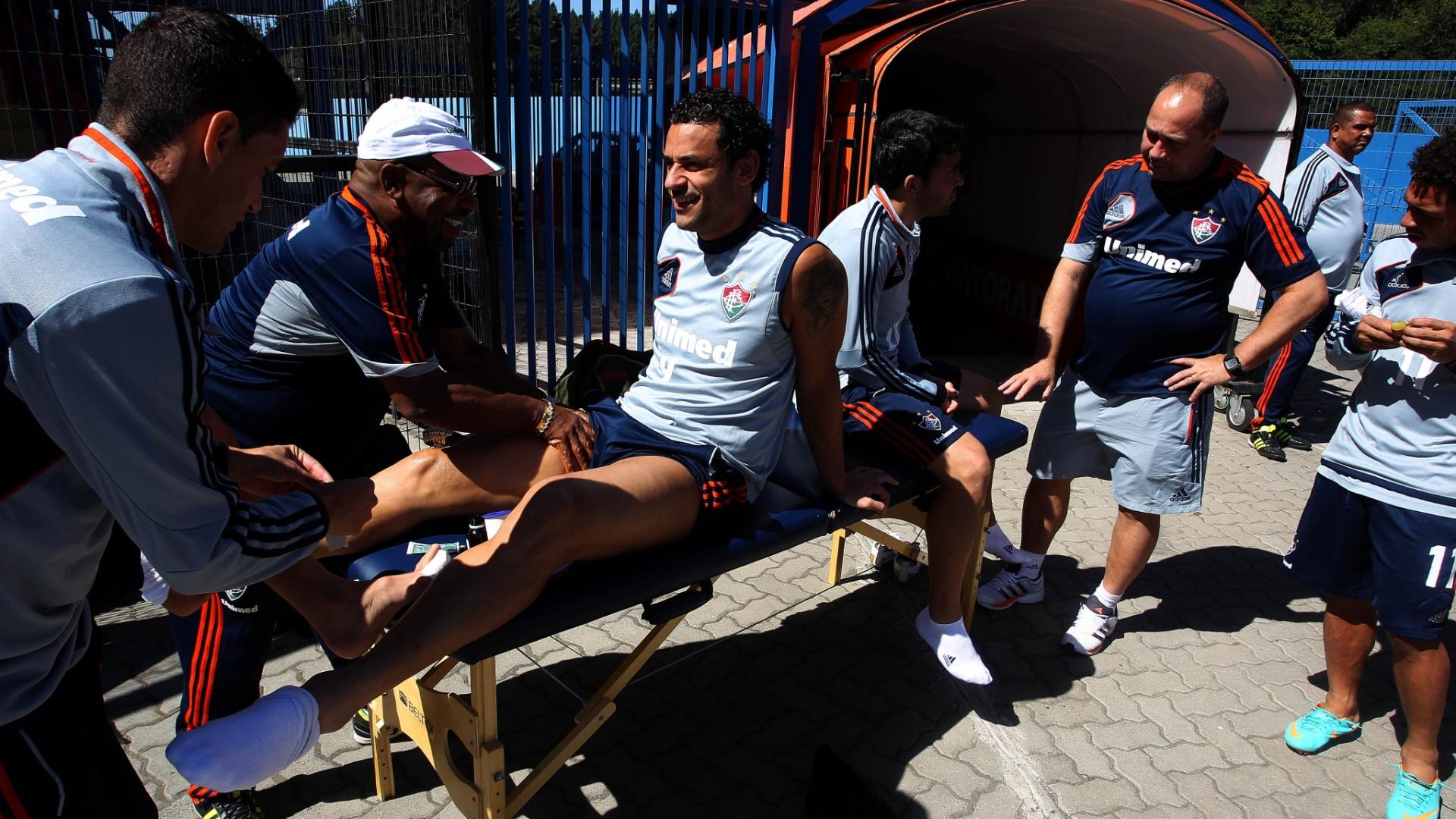 Deco e Fred conversam com companheiros do elenco do Fluminense antes de treino no Chile