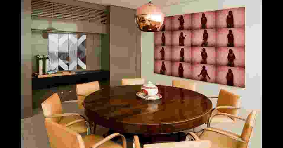 A série de fotografias do artista plástico Miguel Rio Branco serve como inspiração para quem quer expor imagens de acervo pessoal em casa, de um jeito diferente. O mesmo tratamento de imagem, aplicado a todos os retratos, garantiu o efeito decorativo interessante. A sala de jantar foi ambientada pelo arquiteto Toninho Noronha - Divulgação
