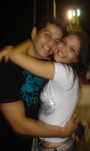 Kamilla abraça o ex-namorado, Victor, em foto antiga de seu fotolog