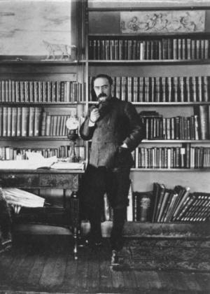O escritor Rudyard Kipling na biblioteca de sua residência em Dummerston, Vermont (EUA) - AP