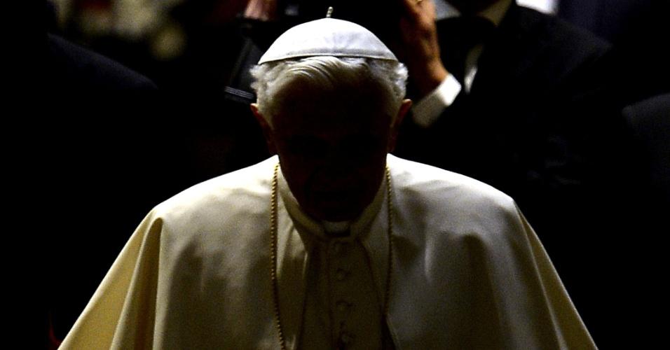 13.fev.2013 - O papa Bento 16 chega para realizar sua audiência geral na praça São Pedro, no Vaticano