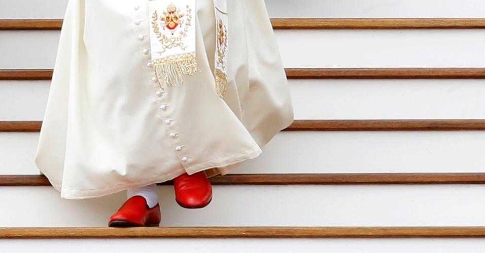 19.mai.2010 - O papa Bento 16 desce as escadas após o fim de sua audiência geral da semana na praça São Pedro, no Vaticano