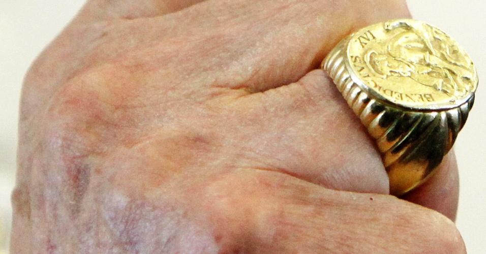 14.set.2012 - O papa Bento 16 mostra o anel durante um voo para Beirute. O anel do papa é usado para selar documentos oficiais durante seu pontificado