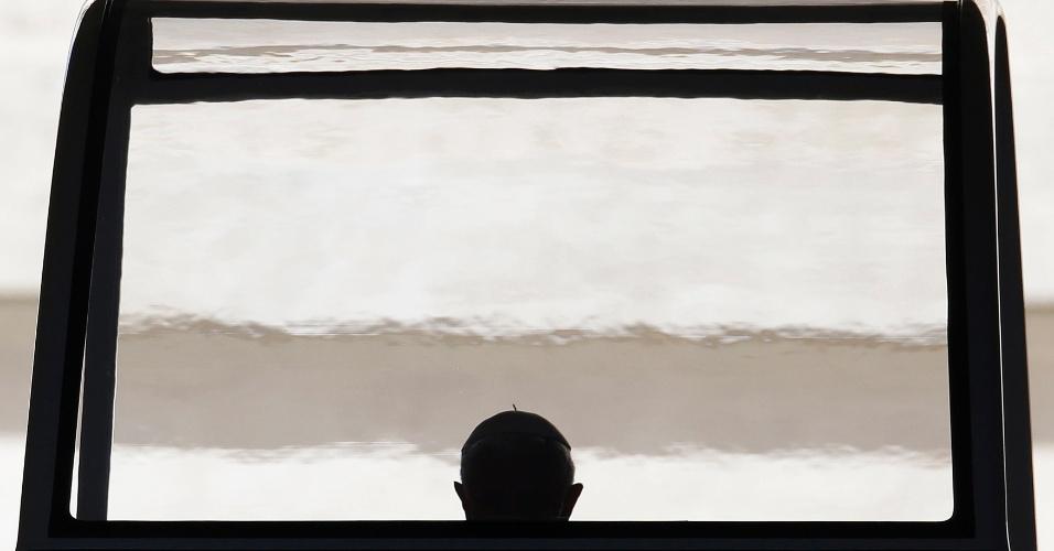7.nov.2012 - O papa Bento 16 chega para sua audiência geral das quartas-feiras, na praça São Pedro, no Vaticano. O papa pediu à comunidade internacional que encontre uma solução política para a guerra civil na Síria