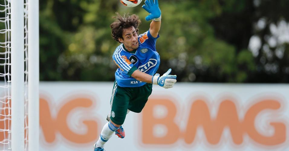 Valdivia brincou como goleiro em treino do Palmeiras na Academia de Futebol