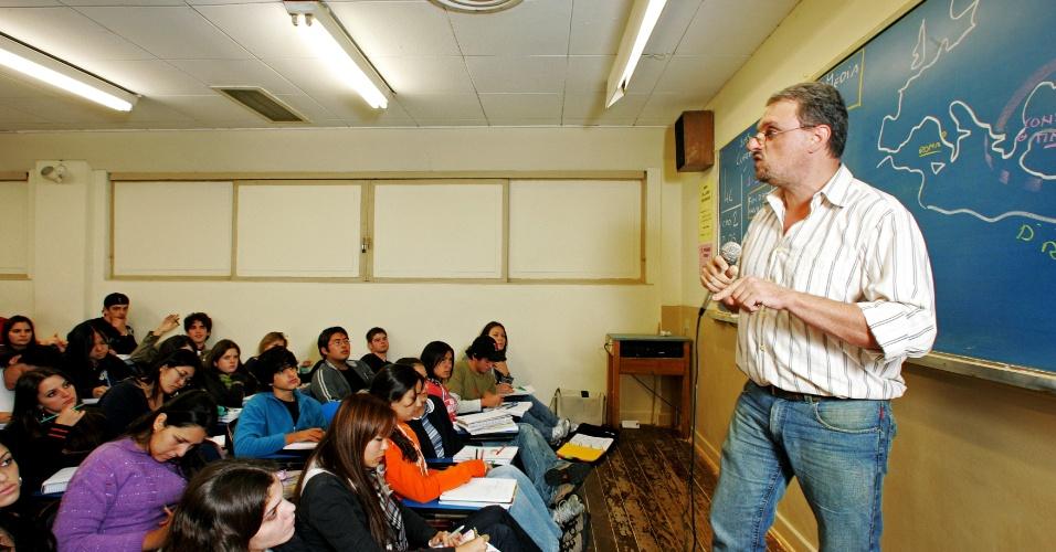 20.abr.2006 - Professor do curso Anglo dá aula de história na região da Liberdade, em São Paulo