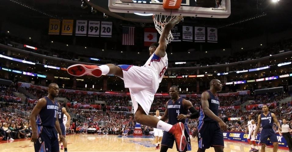 26.fev.2013 - DeAndre Jordan fá enterrada e faz pose na vitória do Los Angeles Clippers sobre o Charlotte Bobcats