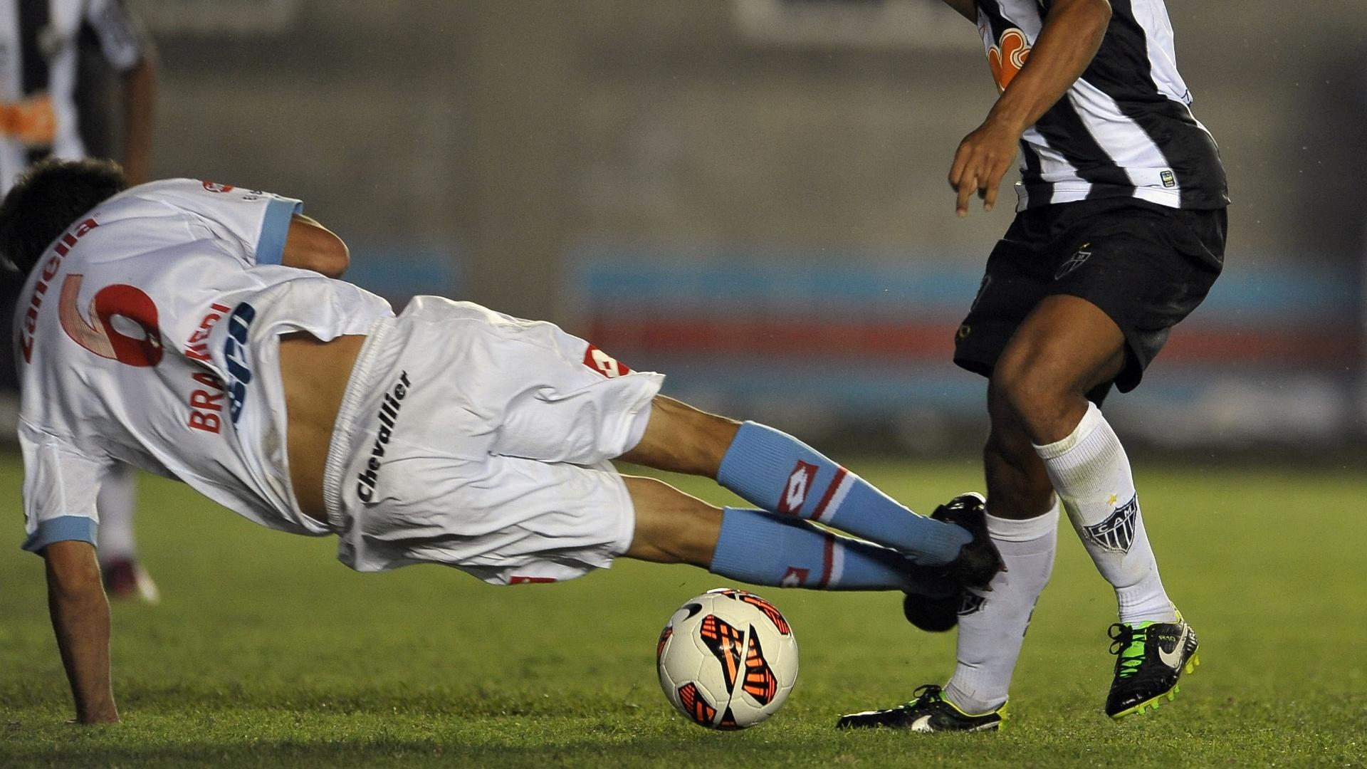 26.fev.2013 - Diego Braghieri comete pênalti em Ronaldinho Gaúcho na vitória de 5 a 2 do Atlético-MG sobre o Arsenal na Libertadores