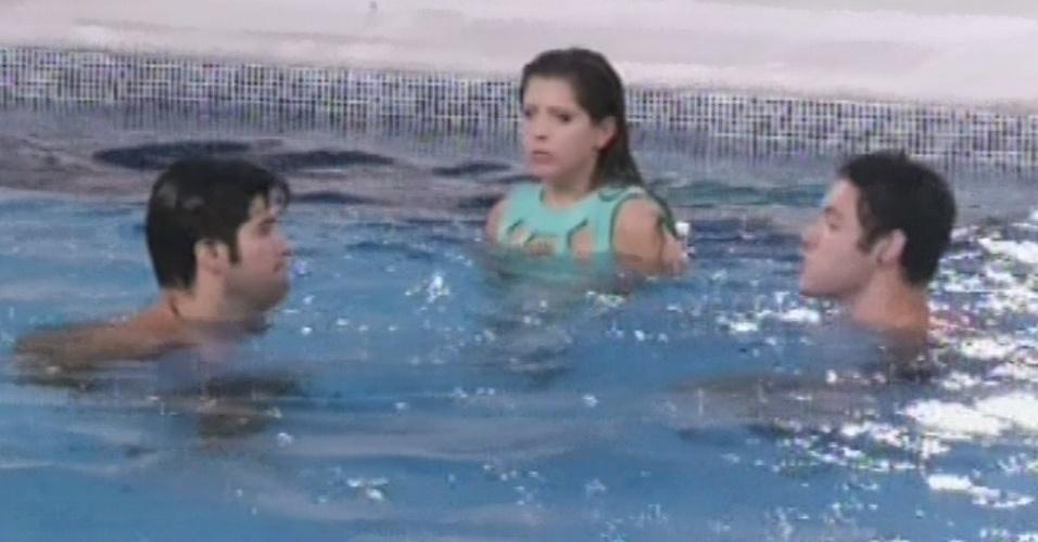 26.fev.2013 - Nasser, Andressa e Marcello comemoram volta de brothers do paredão com banho de piscina