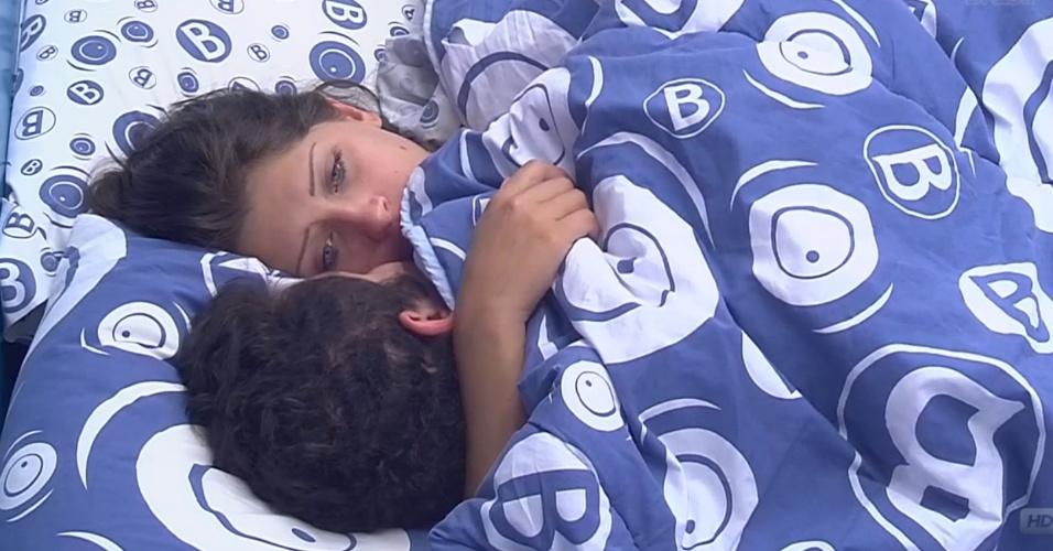 26.fev.2013 - Nasser e Andressa trocam beijos na cama