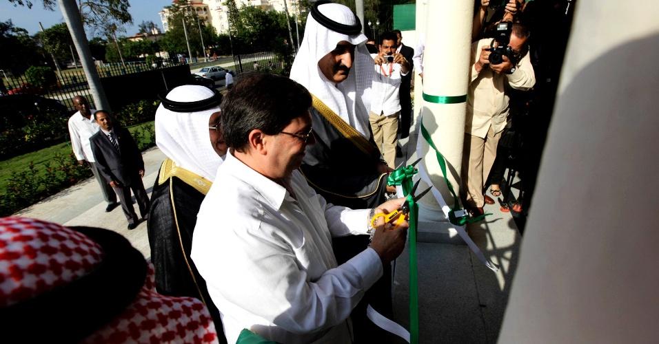 26.fev.2013 - O assistente do príncipe Khaled bin Saud bin Khaled, ministro de Relações Exteriores da Arábia Saudita (topo da imagem), e o ministro do Exterior cubano, Bruno Rodriguez, inauguram a missão diplomática saudita em Havana, na tarde desta terça-feira (26)