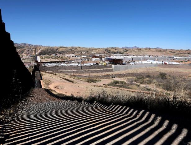 Seção da cerca construída recentemente na fronteira dos EUA, no Arizona, com o México