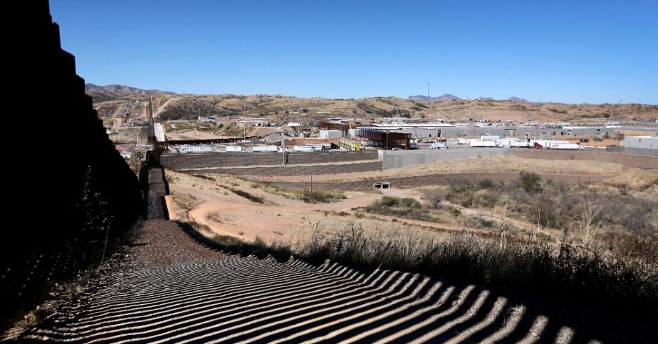26.fev.2013 - Seção da cerca construída recentemente na fronteira dos EUA com o México se estende à distância em Nogales, Arizona (EUA). A geração mais nova da barreira permite que o policiamento de fronteira veja através dela e dificulta a escalada pelo lado mexicano