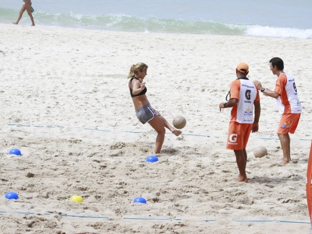 27.fev.2013 - A atriz Priscila Fantin faz treino aeróbico na praia da Barra, na zona oeste do Rio de Janeiro
