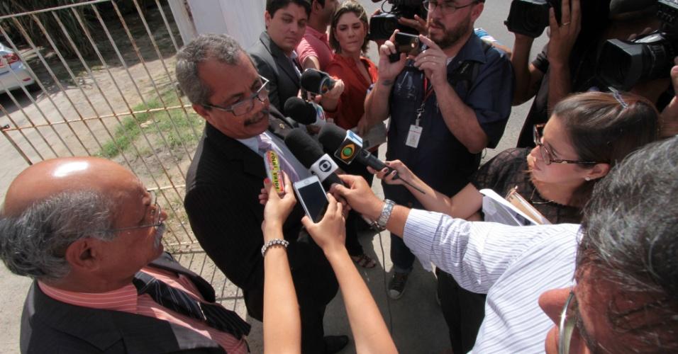 27.fev.2013 - Advogados de defesa de Alexsandro Neves dos Santos, acusado de matar a turista alemã Jennifer Kloker em fevereiro de 2010, falam a jornalistas ao chegar ao Fórum de São Lourenço da Mata, na Grande Recife, na manhã desta quarta-feira (27)