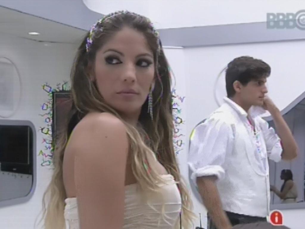 27.fev.2013 - Anamara confere no espelho o visual para a festa desta noite