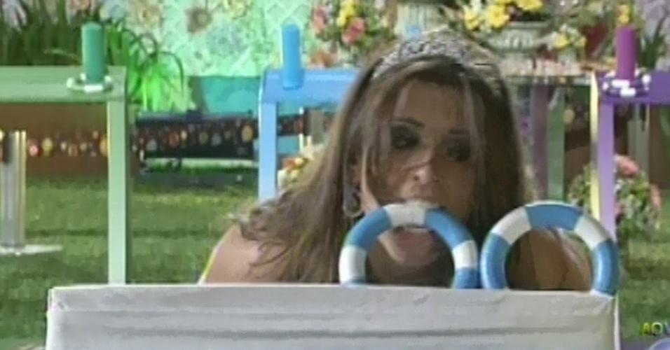 27.fev.2013 - Andressa pega argola com a boca na prova que valia o direito de disputa a prova do líder