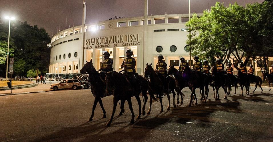27.fev.2013 - Apesar da ausência da torcida, policiais estão nos arredores do Pacaembu para jogo entre Corinthians e Millonarios