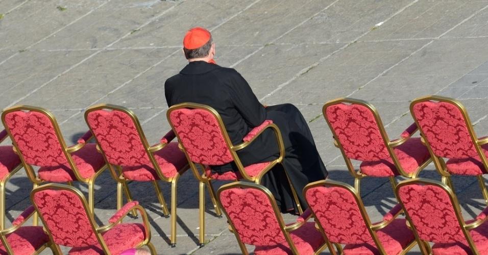 27.fev.2013 - Aposentado por ter encoberto 129 padres acusados de abusos contra menores, Roger Mahony, ex-cardeal de Los Angeles, se senta sozinho na praça de São Pedro, no Vaticano, para ouvir o último sermão do papa Bento 16