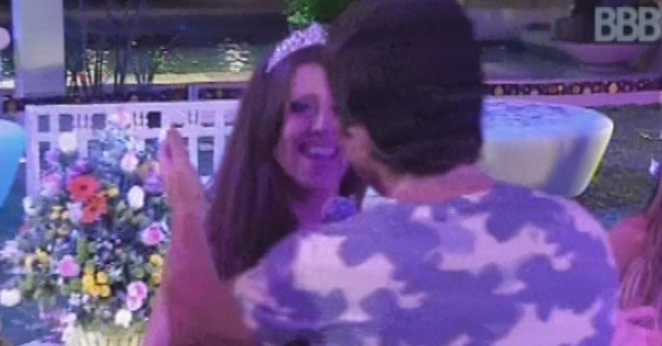"""27.fev.2013 - Daniel dá microfone para Andressa cantar trecho de """"Adoro Amar Você"""""""